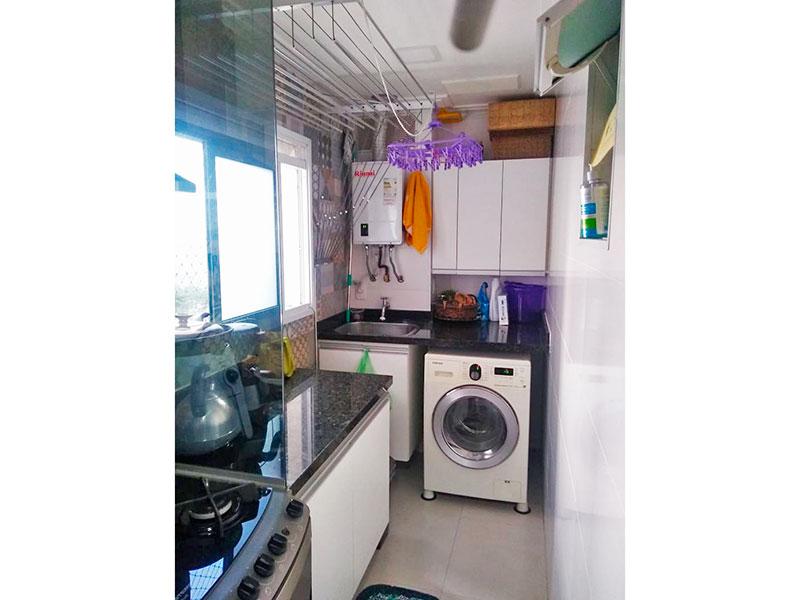 Jabaquara, Apartamento Padrão-Área de serviço com piso de porcelanato, armários planejados, pia de granito e aquecedor de passagem.