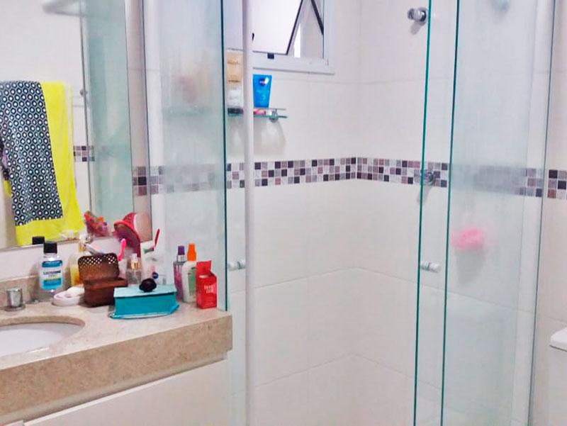 Jabaquara, Apartamento Padrão-Banheiro da suite com piso de cerâmica, gabinete, pia de granito e box de vidro.