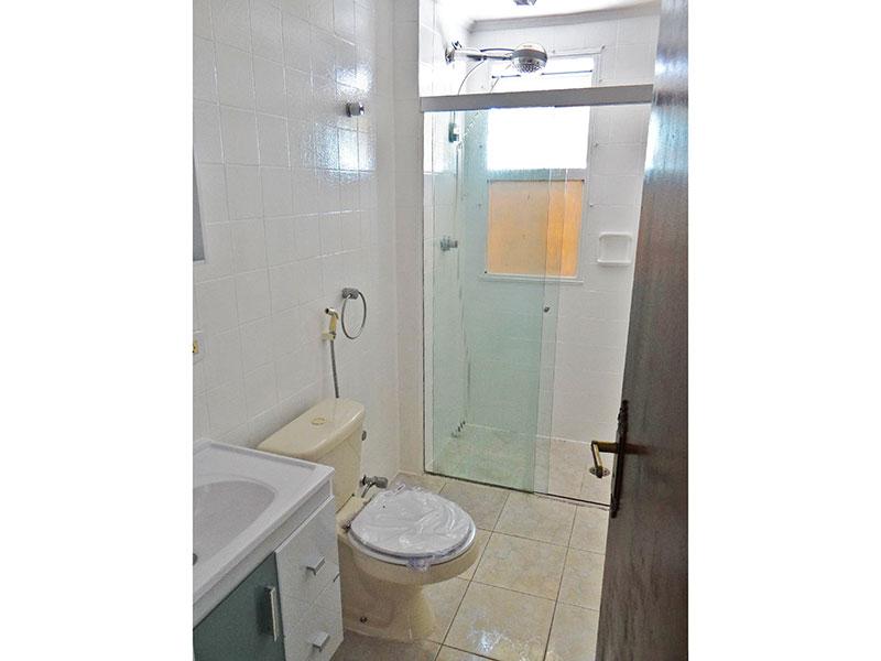 Jabaquara, Apartamento Padrão-Banheiro social com piso de cerâmica, teto com moldura de gesso, gabinete, pia sintética e box de vidro.