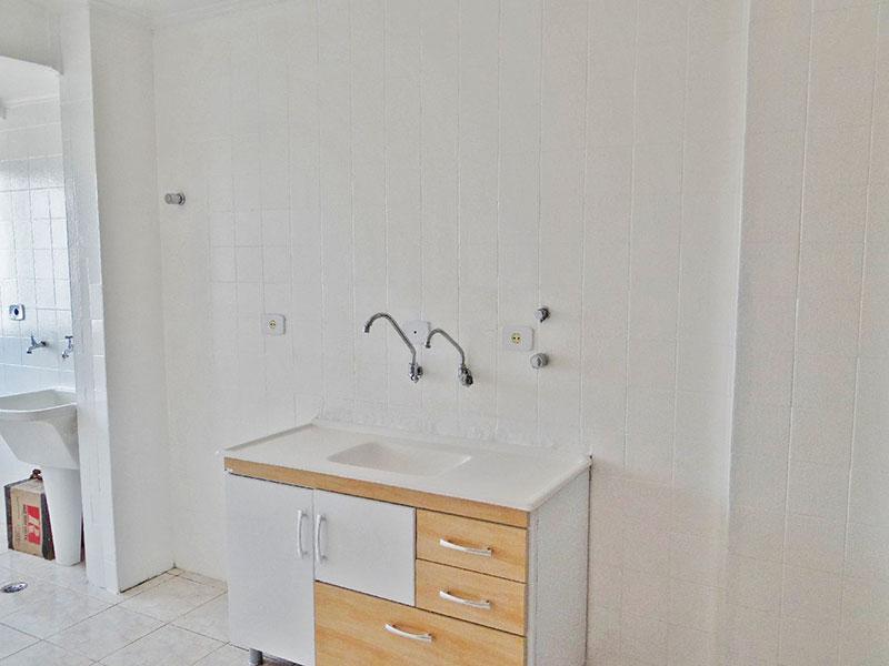 Jabaquara, Apartamento Padrão-Cozinha integrada com a área de serviço com piso de cerâmica e teto com moldura de gesso.