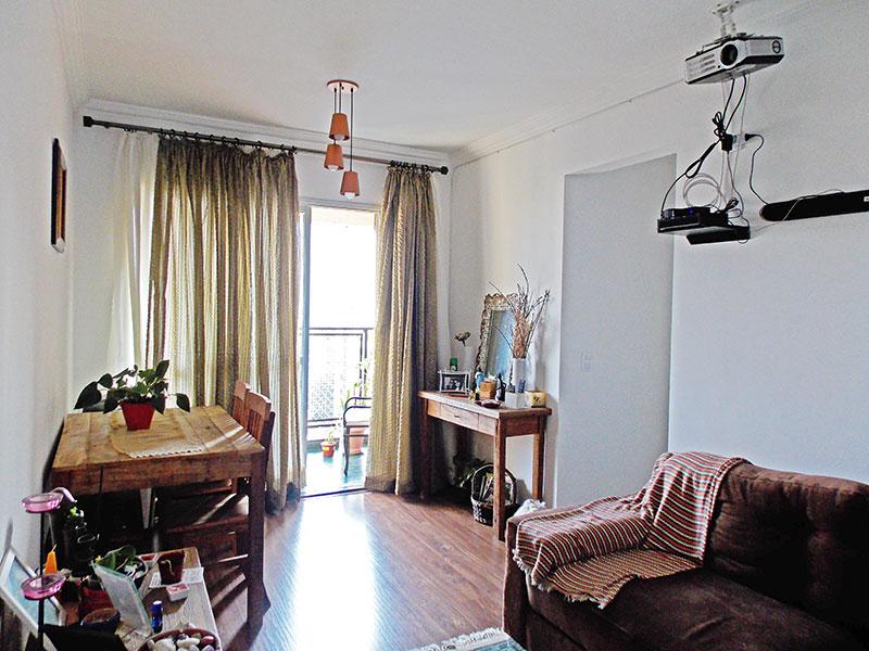 Sacomã, Apartamento Padrão - Sala com piso de laminado, teto com moldura de gesso e acesso a sacada.