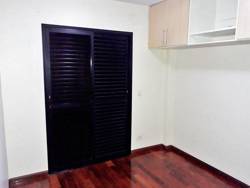 Ipiranga, Apartamento Padrão-1º suite com piso de taco, armários planejados e acesso a sacada.