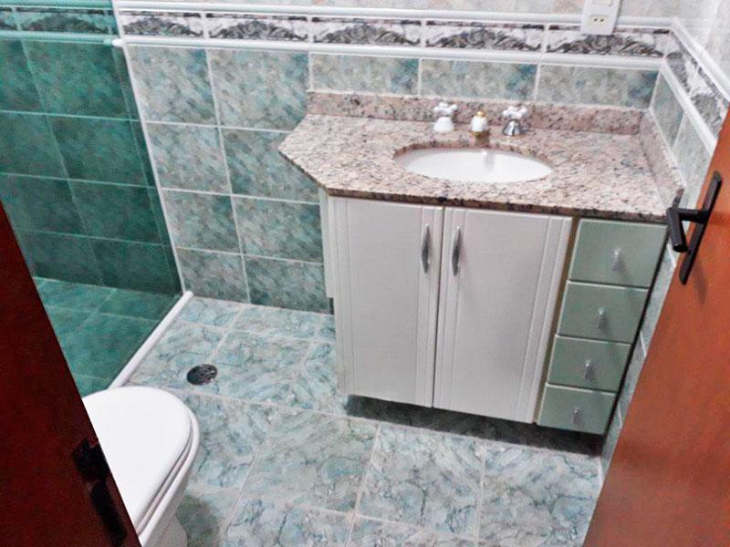 Ipiranga, Apartamento Padrão-Banheiro da suite com piso de cerâmica, teto com moldura de gesso, gabinete, pia de granito e box de vidro.