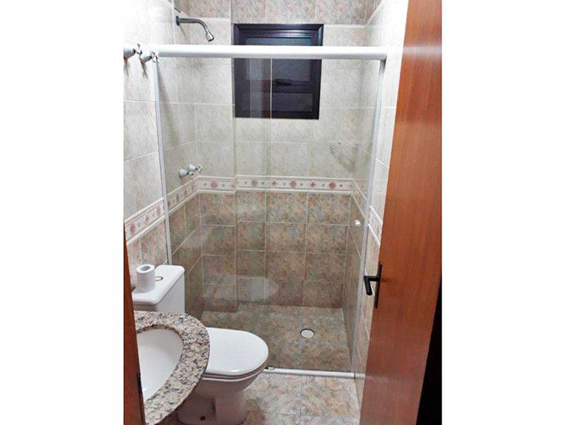 Ipiranga, Apartamento Padrão-Banheiro social com piso de cerâmica, teto com moldura de gesso, pia de granito e box de vidro.
