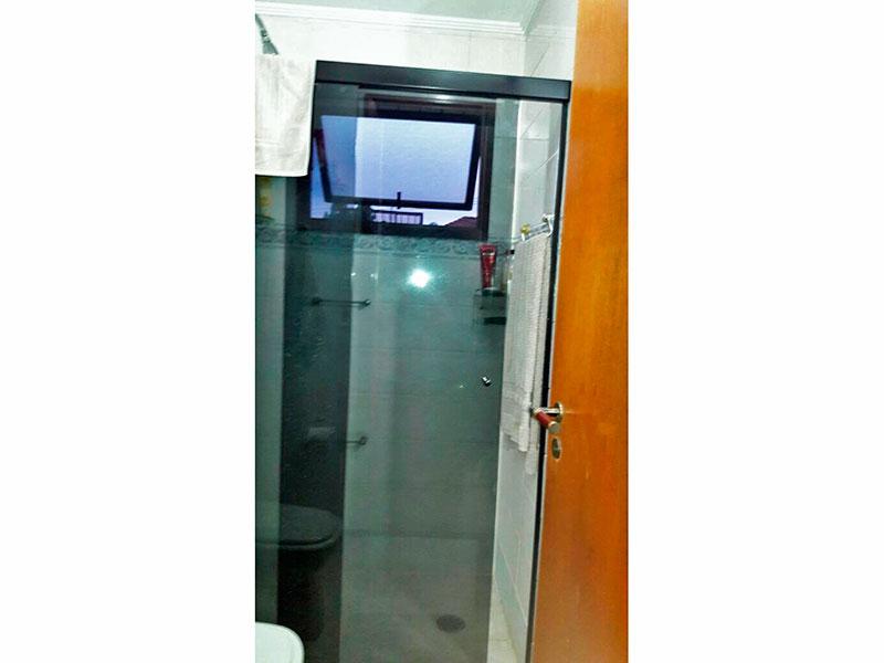 Jabaquara, Apartamento Padrão-Banheiro da suite com piso de cerâmica, teto com moldura de gesso, gabinete, pia de granito e box de vidro.