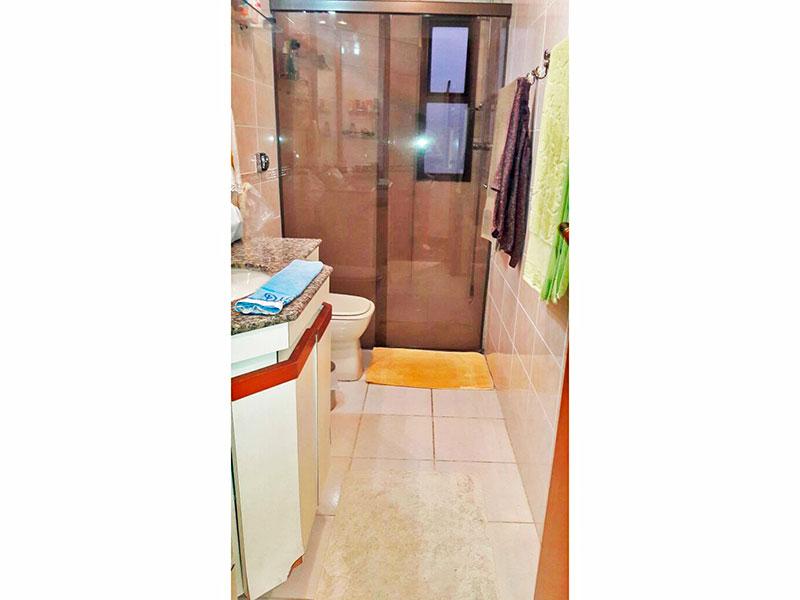 Jabaquara, Apartamento Padrão-Banheiro social com piso de cerâmica, teto com moldura de gesso, gabinete, pia de granito e box de vidro.