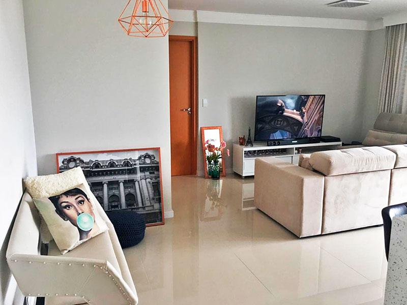 Ipiranga, Apartamento Padrão-Sala ampliada (com o 2º quarto), integrado com a varanda, com piso de porcelanato e teto com sanca de gesso.