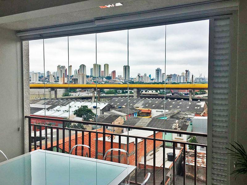 Ipiranga, Apartamento Padrão-Varanda com piso de porcelanato e fechamento em vidro.