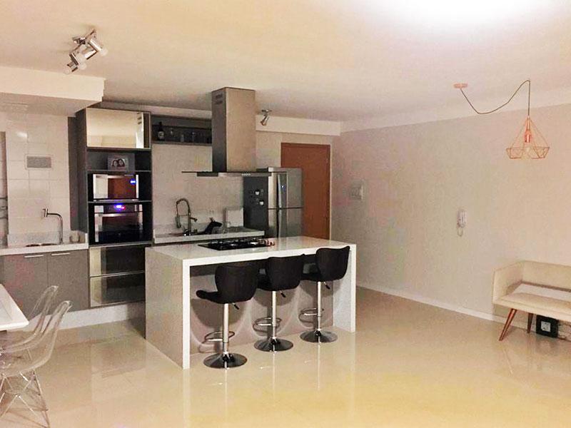 Ipiranga, Apartamento Padrão-Cozinha com piso de porcelanato, teto com sanca de gesso, armários planejados, gabinete, cooktop e pia de silestone.