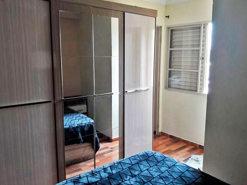 Ipiranga, Apartamento Padrão-Suite com piso de taco e teto com moldura de gesso.