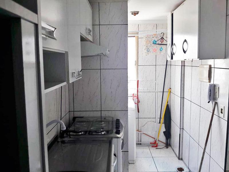Ipiranga, Apartamento Padrão-Cozinha integrada com a área de serviço, com piso de cerâmica, teto com moldura de gesso, gabinete e pia de aço inox.