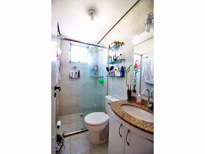 Sacomã, Apartamento Padrão-Banheiro social com piso de cerâmica, teto com sanca, gabinete, pia de granito e box de vidro.