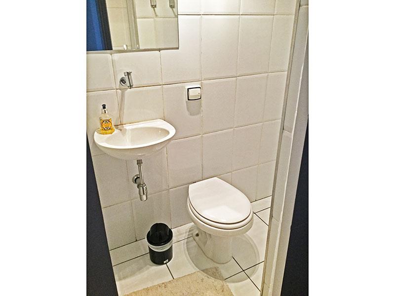 Jabaquara, Apartamento Padrão-Banheiro da área de serviço com piso de cerâmica, teto com moldura de gesso e box.