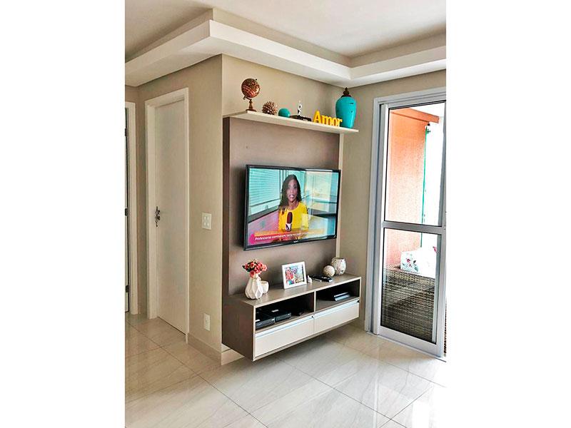 Ipiranga, Apartamento Padrão - Sala com piso de porcelanato, teto com sanca de gesso, armários planejados e acesso a varanda gourmet.