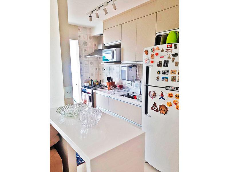 Ipiranga, Apartamento Padrão-Cozinha americana com piso de porcelanato, armários planejados, gabinete, pia de granito e acesso a área de serviço.
