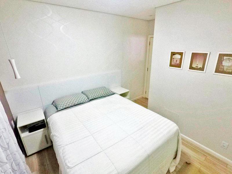 Ipiranga, Apartamento Padrão-Suíte com piso de laminado, teto com sanca e armários planejados.