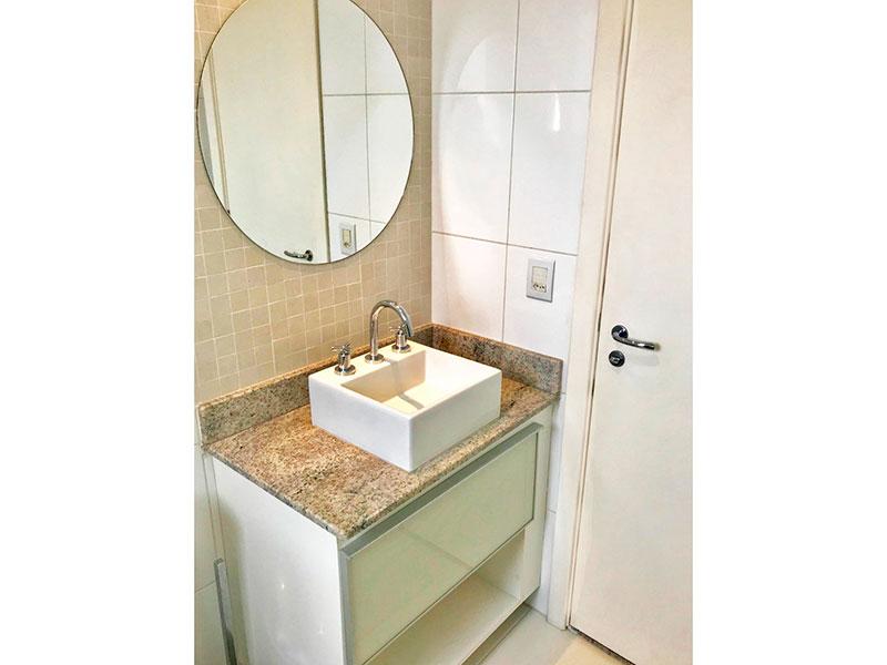 Ipiranga, Apartamento Padrão-Banheiro social com piso de cerâmica, teto com sanca, iluminação embutida, gabinete, pia sobreposta e box.