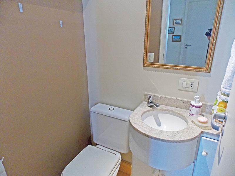 Jabaquara, Apartamento Padrão-Lavabo com piso de cerâmica, gabinete e pia de granito.