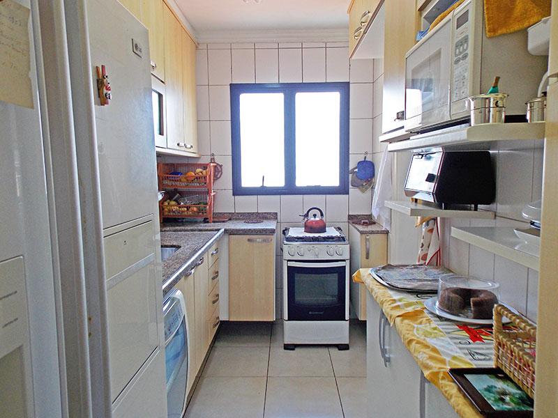 Jabaquara, Apartamento Padrão-Cozinha com piso de cerâmica, teto com moldura de gesso, armários planejados, gabinete, pia de granito e acesso a área de serviço.