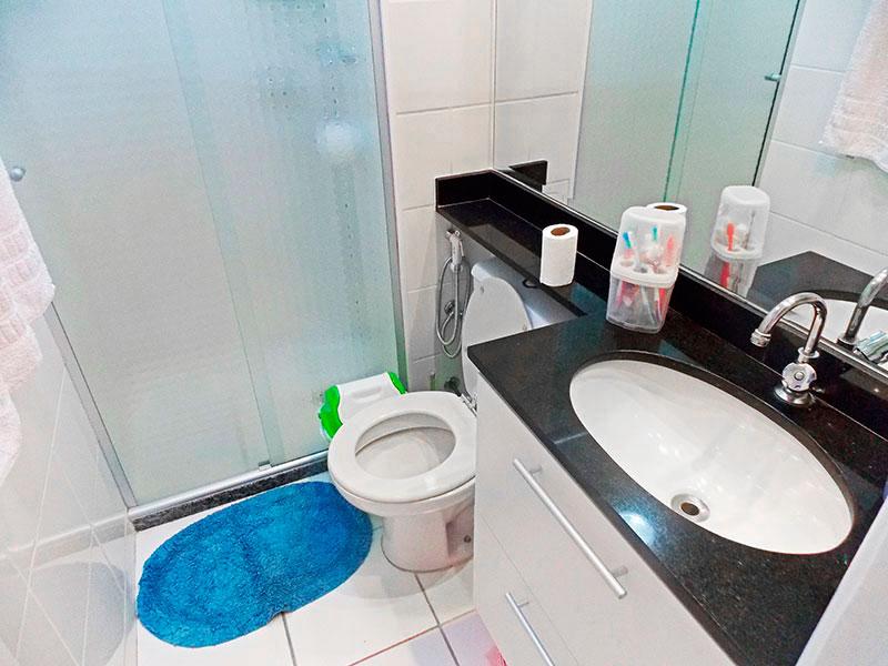 Sacomã, Apartamento Padrão-Banheiro social com piso de cerâmica, teto com moldura de gesso, gabinete, pia de granito e box de vidro.
