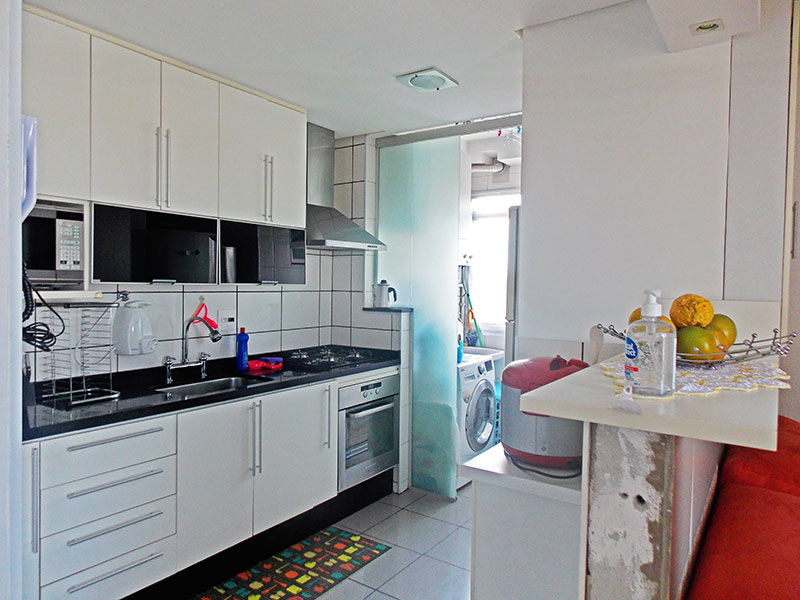 Sacomã, Apartamento Padrão-Cozinha americana com piso de porcelanato, teto com sanca, armários planejados, gabinete, cooktop, pia de granito e acesso a área de serviço.