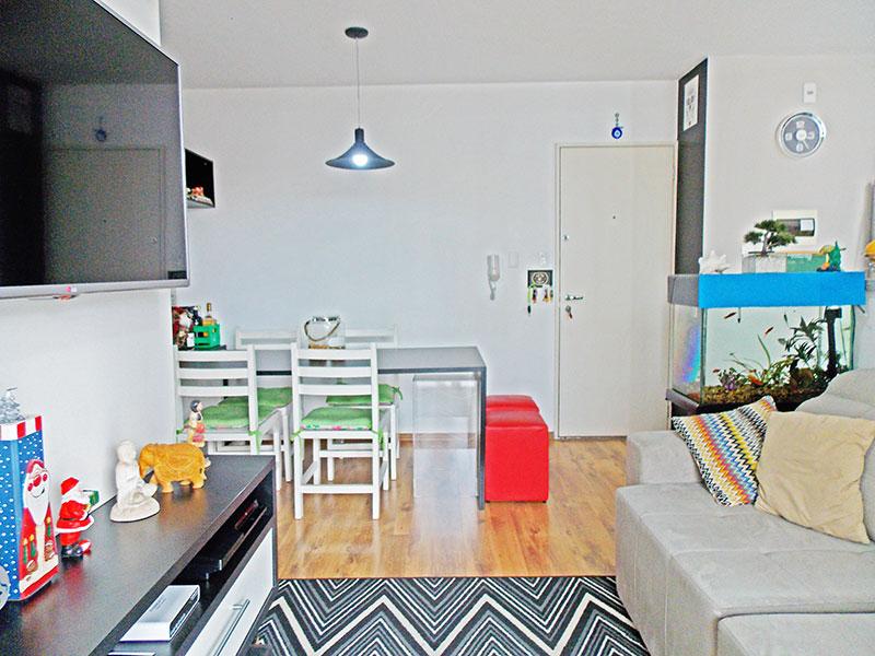 Sacomã, Apartamento Padrão-Sala em L com piso de laminado, e acesso a sacada.