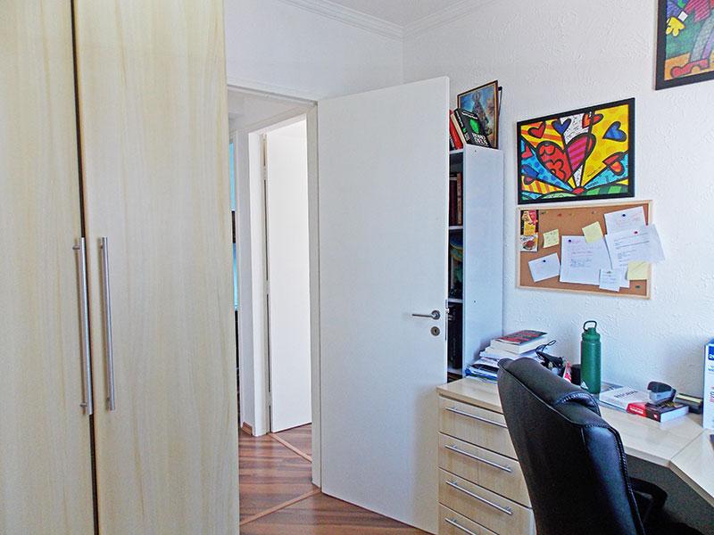 Ipiranga, Apartamento Padrão-3º quarto com piso de laminado, teto com moldura de gesso e armários planejados.