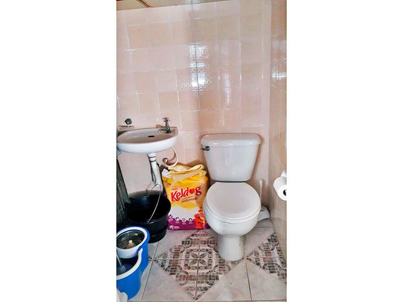 Jabaquara, Apartamento Padrão-Banheiro da área de serviço com piso de cerâmica e pia de porcelana.