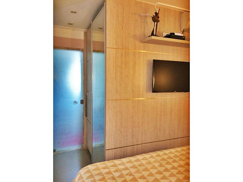 Sacomã, Apartamento Padrão-Suíte com piso de porcelanato, teto com moldura de gesso, iluminação embutida e armários planejados.