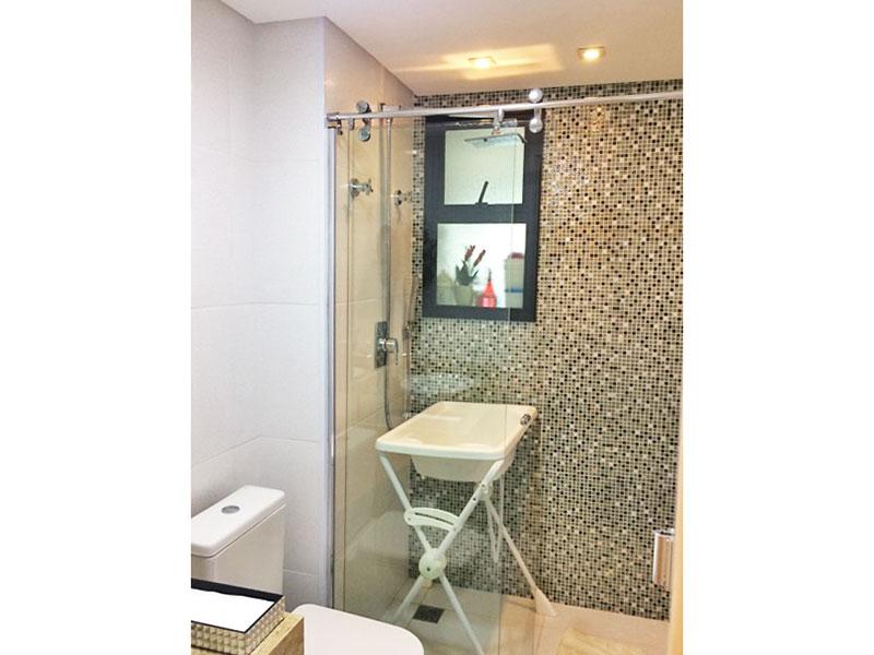Sacomã, Apartamento Padrão-Banheiro social com piso de porcelanato, teto com sanca, iluminação embutida, gabinete, pia sobreposta e box de vidro.