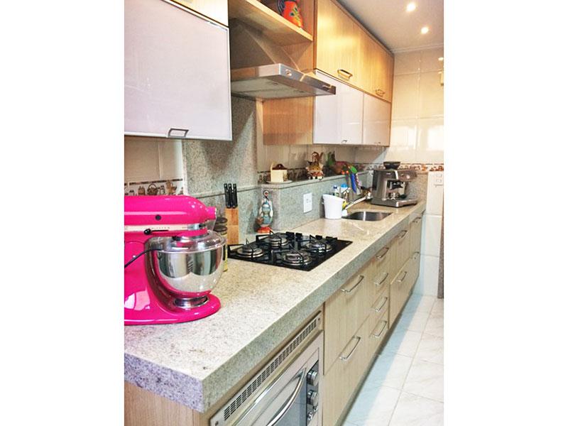 Sacomã, Apartamento Padrão-Cozinha com piso de cerâmica, teto com moldura de gesso, armários planejados, cooktop, gabinete e pia de granito.