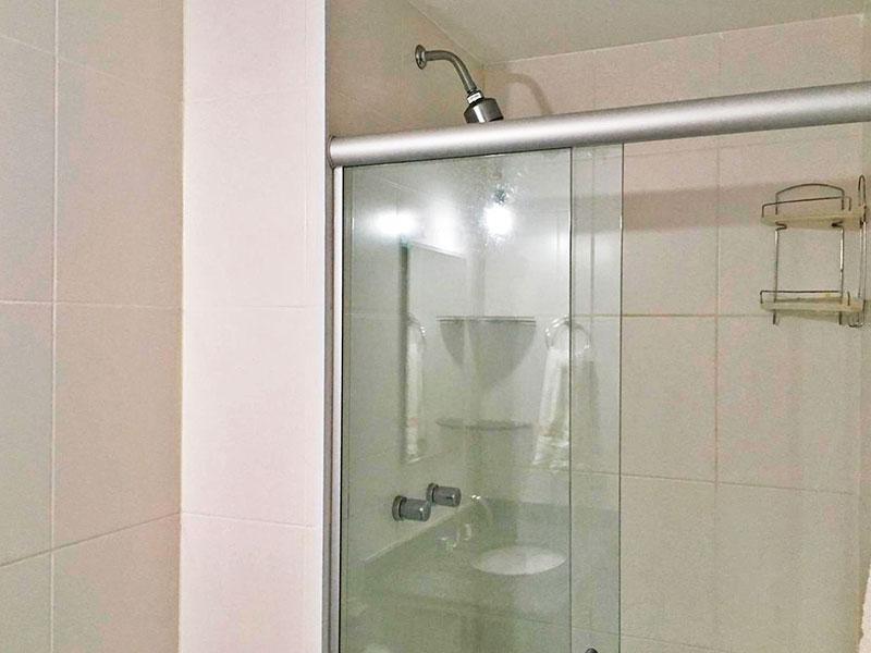 Ipiranga, Apartamento Padrão-Banheiro social com piso de cerâmica, gabinete, pia de granito e box de vidro.
