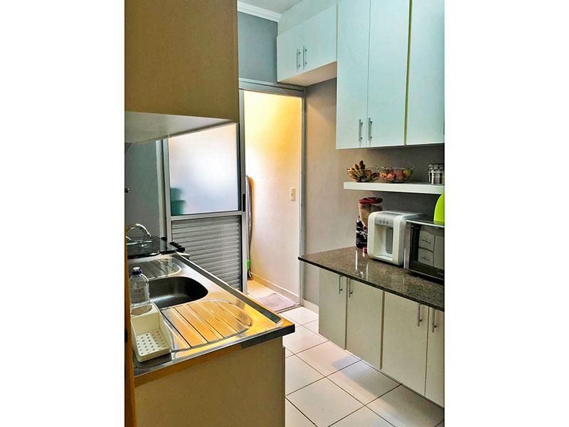 Sacomã, Apartamento Padrão-Cozinha com piso de cerâmica, teto com moldura de gesso, armários planejados, gabinete, pia de aço inox e acesso a área de serviço.