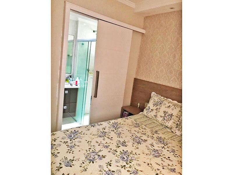 Sacomã, Apartamento Padrão-Suíte com piso de laminado, teto com moldura de gesso, iluminação embutida e armários planejados.