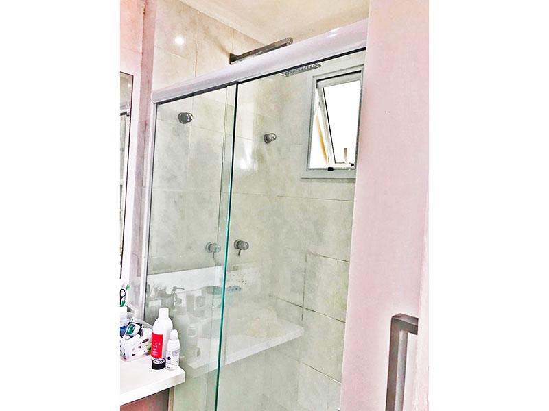 Sacomã, Apartamento Padrão-Banheiro da suíte com piso de cerâmica, teto com moldura de gesso, gabinete, pia de granito e box de vidro.