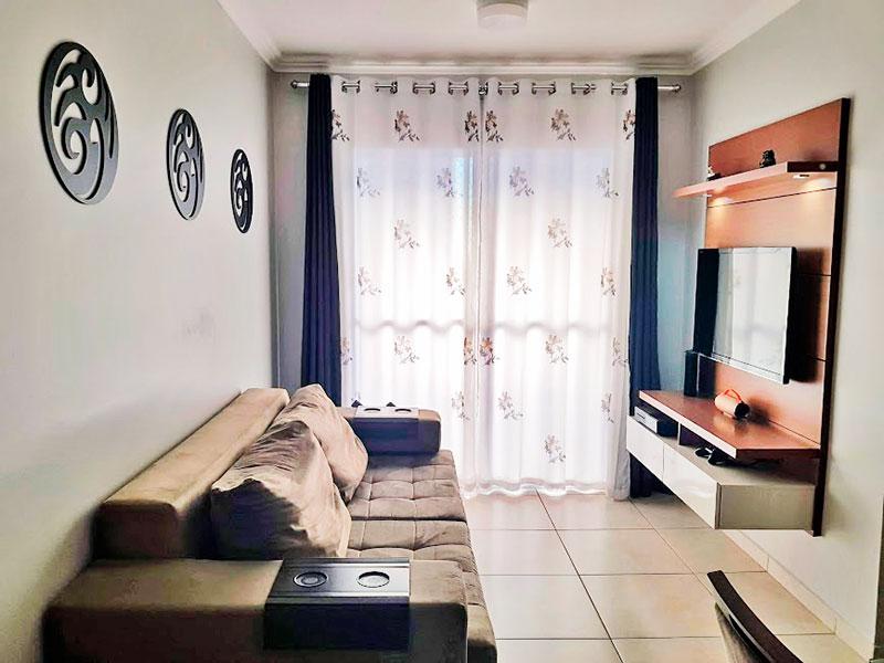 Sacomã, Apartamento Padrão - Sala em L com piso de cerâmica, teto com moldura de gesso e acesso a varanda.