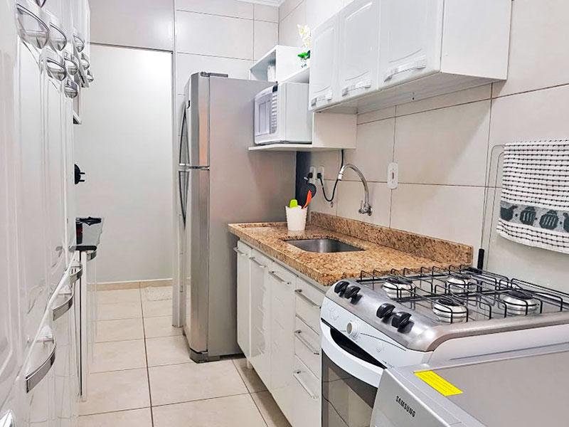Sacomã, Apartamento Padrão-Cozinha integrado com a área de serviço, com piso de cerâmica, teto com moldura de gesso, gabinete e pia de granito.