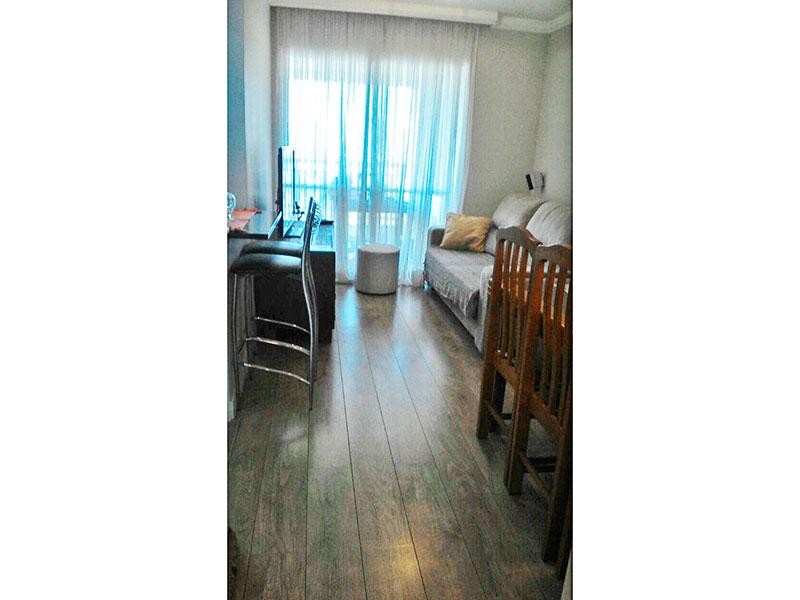Ipiranga, Apartamento Padrão - Sala com piso de carpete de madeira, teto com sanca de gesso e acesso a varanda gourmet.