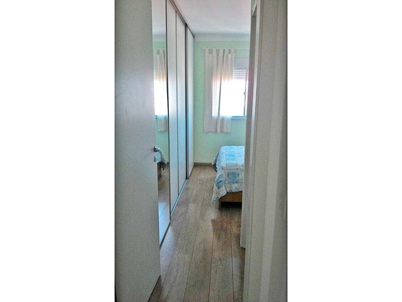 Ipiranga, Apartamento Padrão-Suíte com piso de carpete de madeira, teto com moldura de gesso e armários planejados.