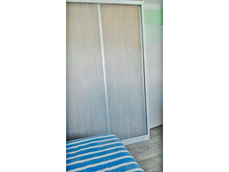 Ipiranga, Apartamento Padrão-2º Quarto com piso de carpete de madeira, teto com moldura de gesso e armários planejados.