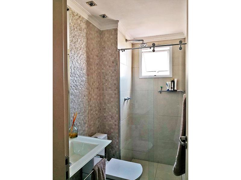 Sacomã, Apartamento Padrão-Banheiro social com piso de cerâmica, teto com moldura de gesso, iluminação embutida, pia de granito e box de vidro.