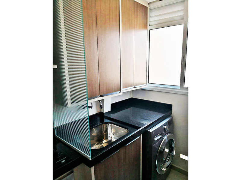 Sacomã, Apartamento Padrão-Área de serviço com piso de porcelanato, armários planejados, gabinete e pia de granito.
