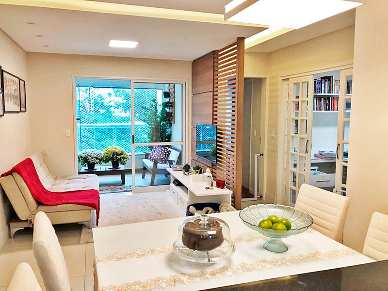Ipiranga, Apartamento Padrão - Sala com piso de porcelanato, teto com sanca, iluminação embutida e acesso a varanda.