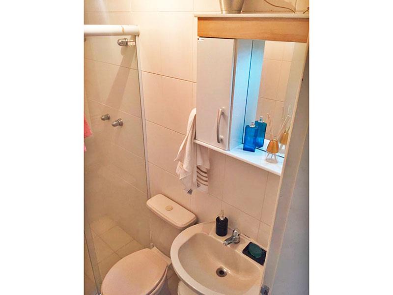 Sacomã, Apartamento Padrão-Banheiro da Suíte com piso de cerâmica, pia de porcelana e box de vidro.