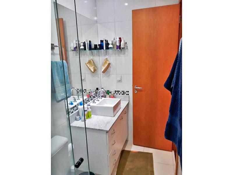Ipiranga, Apartamento Padrão-Banheiro social com piso de cerâmica, teto com sanca, iluminação embutida, gabinete, pia sobreposta e box de vidro.