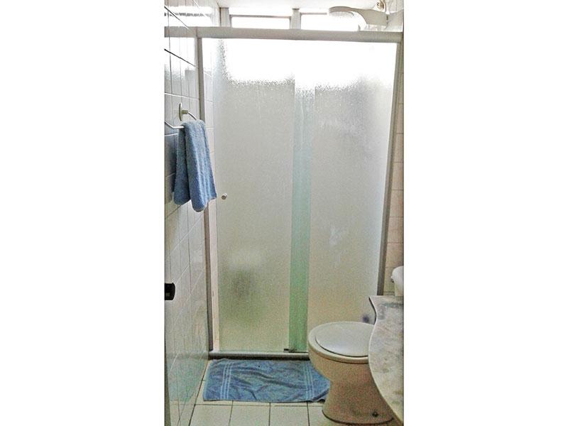 Sacomã, Apartamento Padrão-Banheiro social com piso de cerâmica, pia de mármore e box de vidro.
