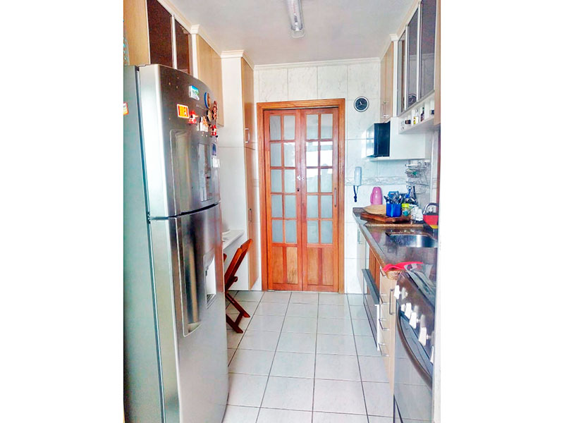 Sacomã, Apartamento Padrão-Cozinha com piso de cerâmica, teto com moldura de gesso, armários planejados, gabinete, pia de granito e acesso a área de serviço.