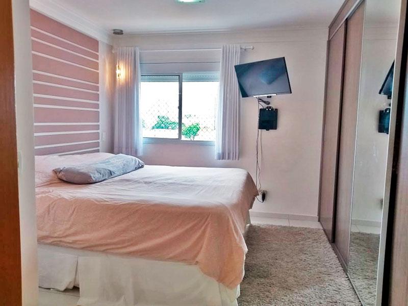 Ipiranga, Apartamento Padrão-Suíte com piso de cerâmica, teto com moldura de gesso e armários planejados.