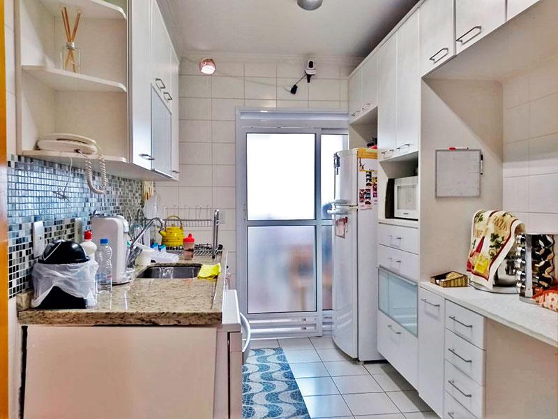 Ipiranga, Apartamento Padrão-Cozinha com despensa, com piso de cerâmica, teto com moldura de gesso, gabinete, pia de granito e acesso a área de serviço.