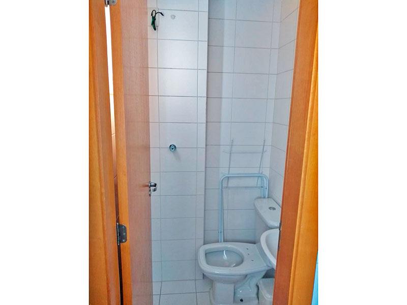 Ipiranga, Apartamento Padrão-Banheiro social com piso de cerâmica e pia de porcelanato.